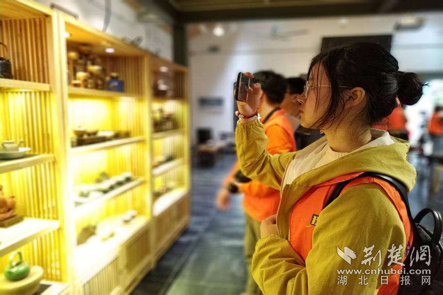 C:\Users\C1748\Desktop\12-大学生记者在汉阳造创意街区参观陶艺作品(大学生记者李冉摄)_副本.jpg